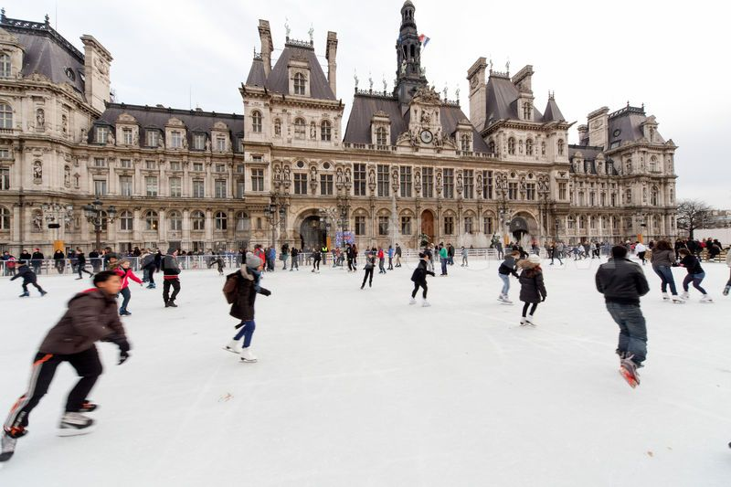1387672893-the-ice-rink-at-the-hotel-de-ville-opens-in-paris_3548505