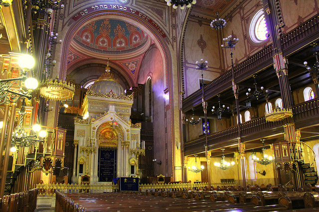 The impressive interior of The Great Synagogue.(Photographer: Rachel Titiriga; Flickr)